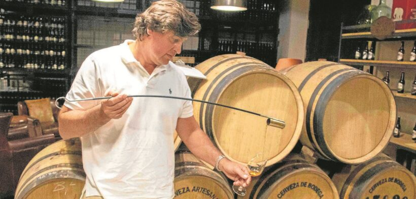 Francisco Galán con cerveza madurada en barrica