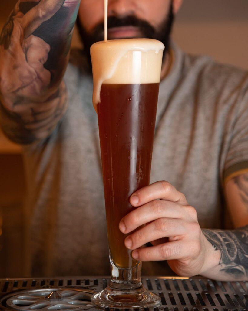 Tirando una cerveza en Ruta 6 brewery