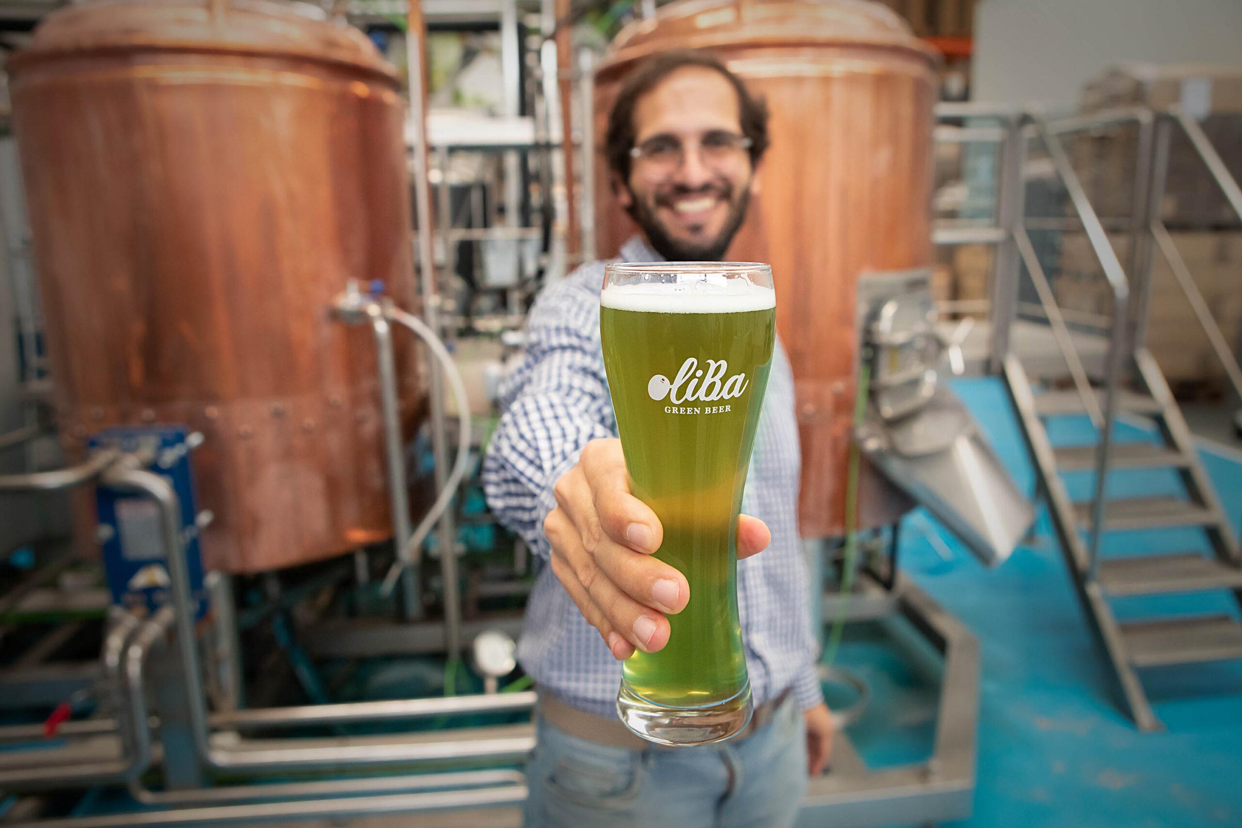Ivan Caelles mostrando Oliba Green Beer